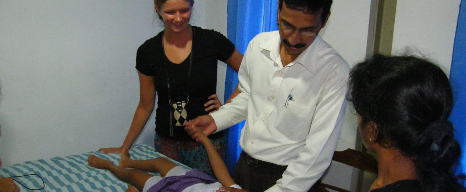 Interna de fisioterapia en Sri Lanka observa a un doctor durante una sesión.